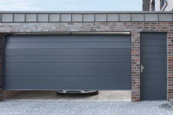 секционные гаражные ворота антрацитового цвета