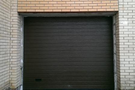гаражные секционные ворота черные