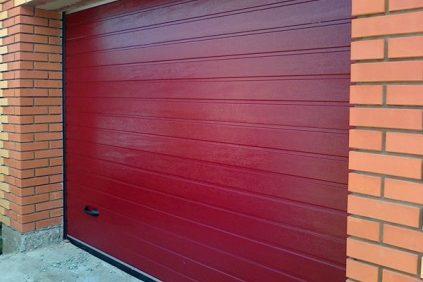 гаражные секционные ворота красного цвета