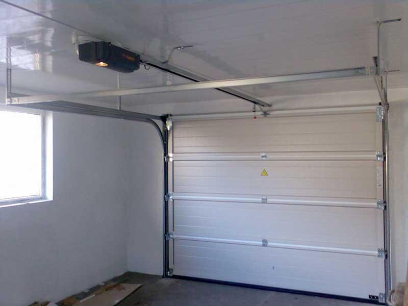 автоматические секционные ворота в гараже