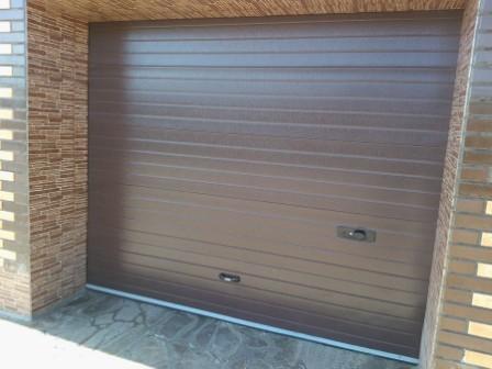 секционные гаражные ворота коричневого цвета