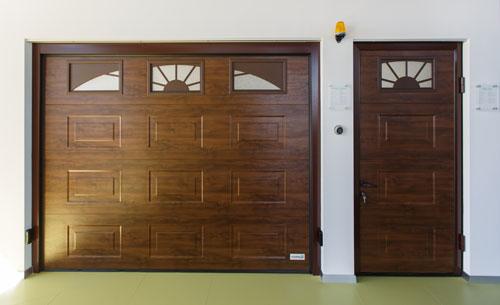 гаражные ворота алютех с боковой дверью