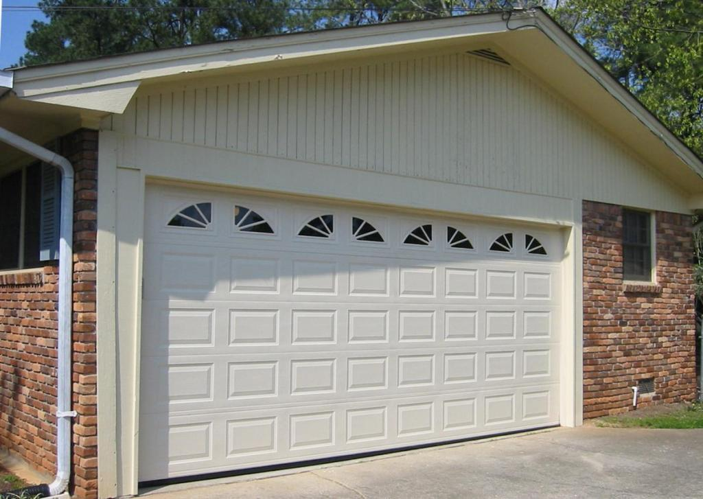 ворота на гараж алютех с окнами