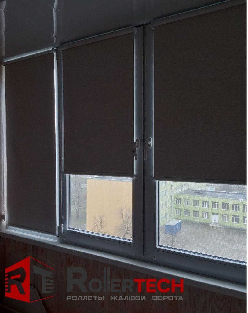 рулонные жалюзи на балконе картинка